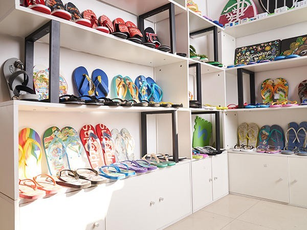 富利凯与您分享EVA拖鞋和PVC拖鞋的区分方法